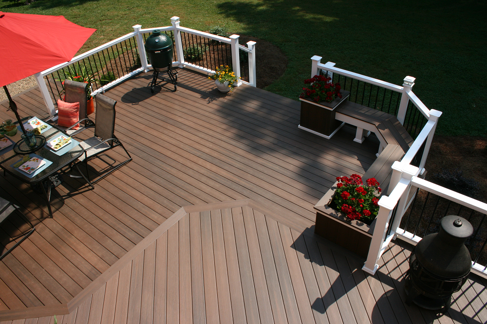 Spacious deck built with Fiberon Pro-Tect in Chestnut